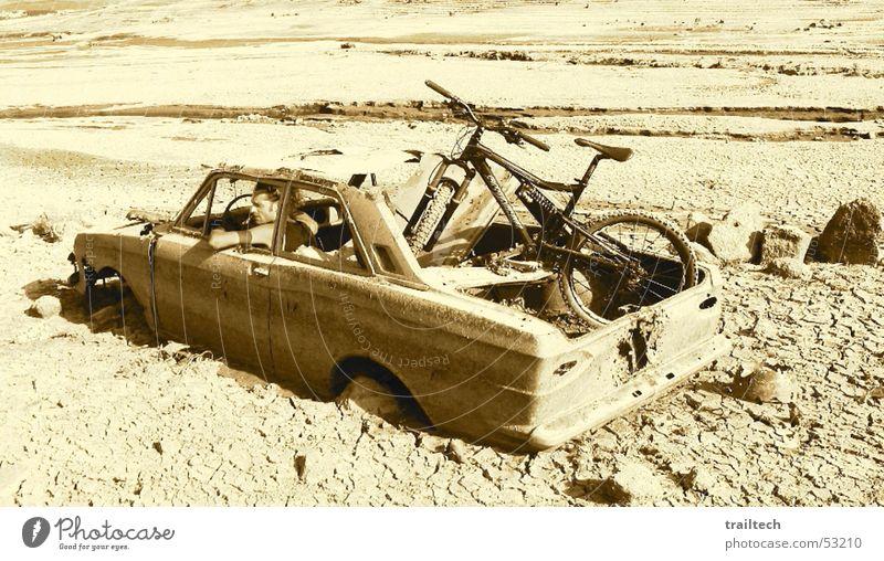 Freeride Sonne Freude Einsamkeit ruhig Erholung Sand Stein PKW lustig Fahrrad warten frei kaputt fahren Wüste dünn