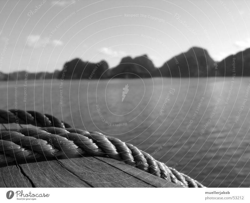 Reling Wasserfahrzeug Holz Meer Halong Bay Vietnam Insel Cát Bà Küste Segeltörn Kreuzfahrt Bootsfahrt Erholung ruhig Außenaufnahme Seil Berge u. Gebirge Himmel