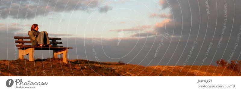 Sonnenuntergang. Frau Abend Gedanke Denken Wolken Einsamkeit Bank sitzen nachdenken Berge u. Gebirge warten Traurigkeit