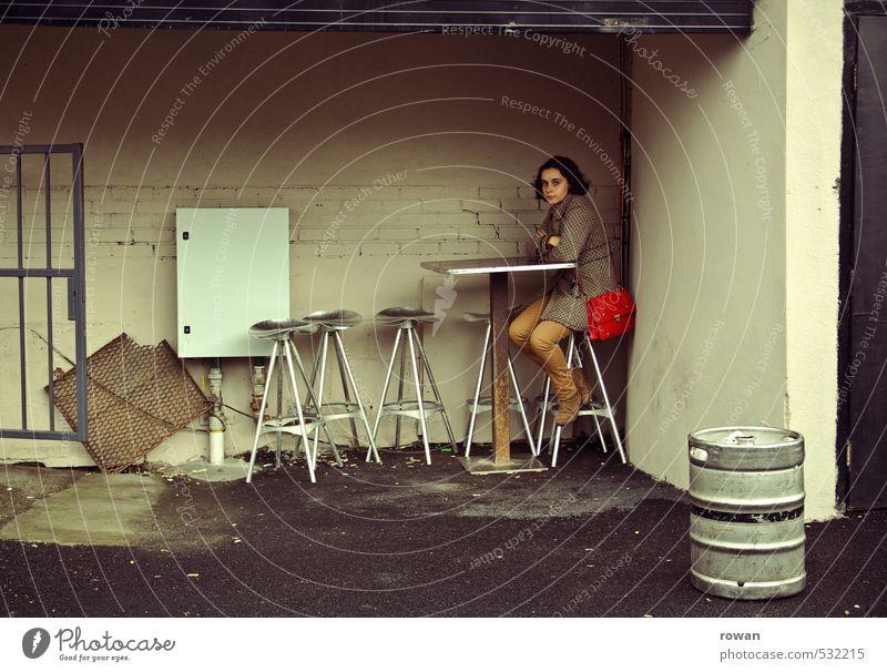 warten Mensch feminin Junge Frau Jugendliche Erwachsene 1 Stadt geduldig ruhig Einsamkeit sitzen Hocker Bar Biertische Bierfass einzeln schäbig dreckig Kneipe