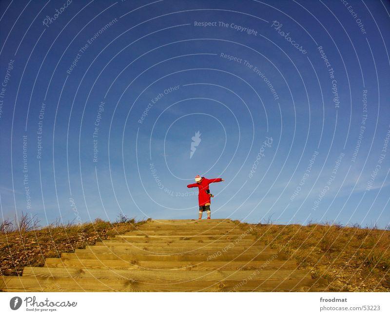 Frei Frau Himmel blau rot Winter Wiese Berge u. Gebirge Freiheit Holz Arme Wind frei Treppe Sträucher Mitte Mütze