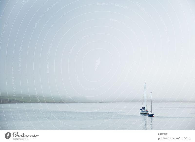 still Nebel Meer See Schifffahrt Bootsfahrt Jacht Segelschiff ruhig ankern Anker Ankerplatz Küste Farbfoto Gedeckte Farben Außenaufnahme Menschenleer
