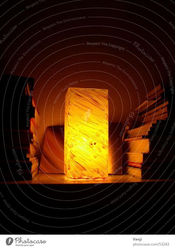 Lampe Licht Bücherregal Regal dunkel gelb gemütlich Wohnzimmer Buch bücher leuchten hell schummrich