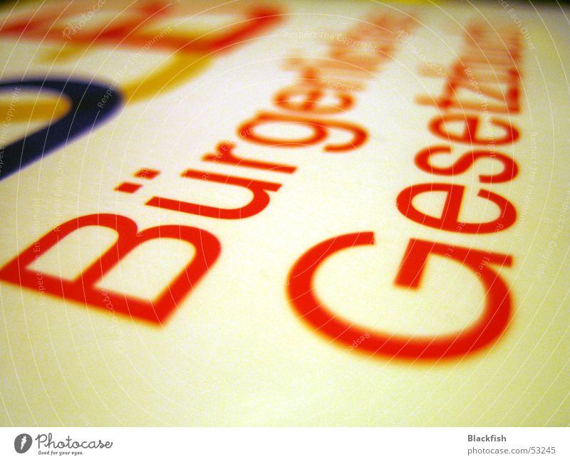 Gehütetes Gesetz Buch rot weiß Gesetze und Verordnungen Bürgerliches Gesetzbuch Buchstaben Wort Text schuldig Diebstahl Schriftzeichen verhaftet