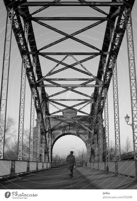 walk on Mann Erwachsene Brücke Wege & Pfade Mantel Stahl gehen grau schwarz weiß Elbbrücke Stahlträger Schwarzweißfoto Stahlbrücke Rückansicht Spaziergang 1