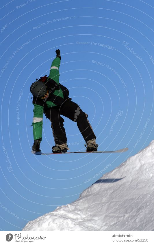 Boarding Himmel blau grün weiß schwarz Schnee Sport springen berühren Körperhaltung sportlich gefroren Wolkenloser Himmel abwärts stagnierend Blauer Himmel