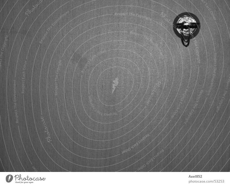unter Verschluss Schlüssel Schrank Holz schwarz weiß Grauwert verschlüsselt wichtig Portal Zugang geheimnisvoll Reichtum Innenaufnahme Metall fach