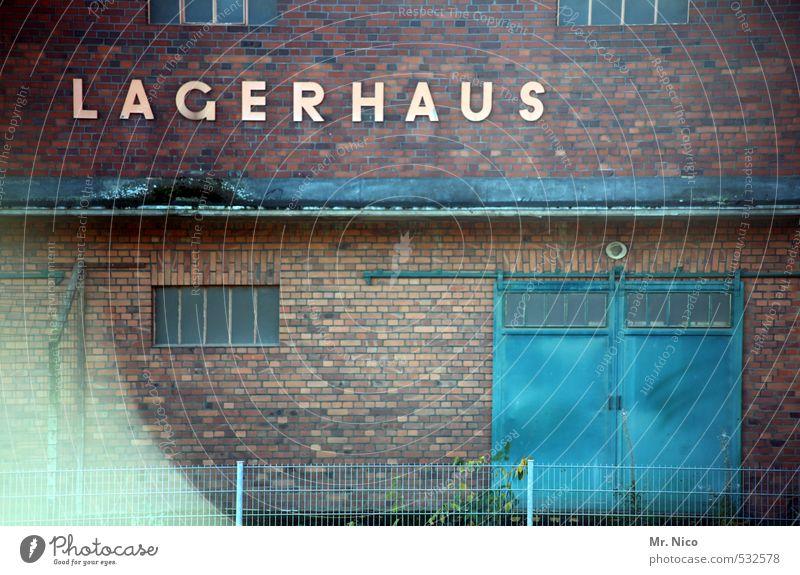 Lagerhaus blau Fenster Wand Mauer Gebäude Arbeit & Erwerbstätigkeit Tür geschlossen Güterverkehr & Logistik Hafen Fabrik Zaun Tor Handel Lagerhalle