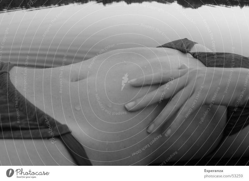 belly button Frau Natur Hand Wasser schön Himmel weiß Baum ruhig schwarz Ernährung Erotik Freiheit grau See Wellen
