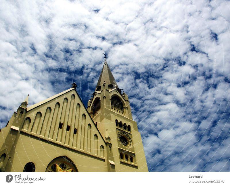 Afrikanische Kirche Religion & Glaube Wolken Dom Kathedrale Himmel blau Perspektive Turm Rücken