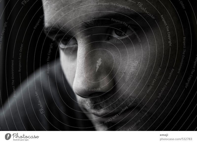 grey Mensch maskulin Junger Mann Jugendliche Gesicht 1 18-30 Jahre Erwachsene dunkel schön Schwarzweißfoto Innenaufnahme Nahaufnahme Dämmerung Schatten Low Key