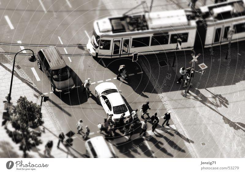 Nach Lust und Laune. Mensch Stadt Straße PKW gehen laufen Verkehr Eisenbahn Gleise Fahrzeug Ampel Mischung Fußgänger Straßenkreuzung Straßenbahn Verkehrsschild