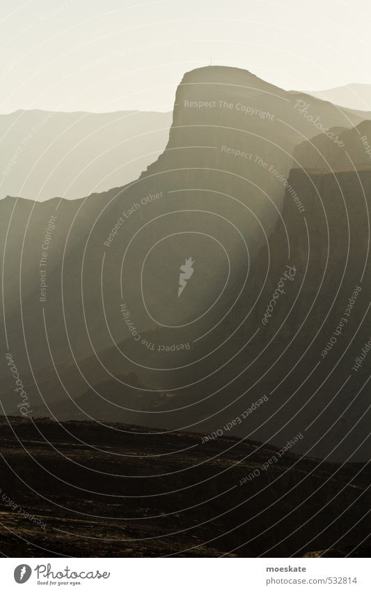 Oman Gebirge Felsen groß Berge u. Gebirge Steilwand steil karg kahl Einsamkeit Gedeckte Farben Außenaufnahme Menschenleer Hintergrund neutral Tag Licht Schatten