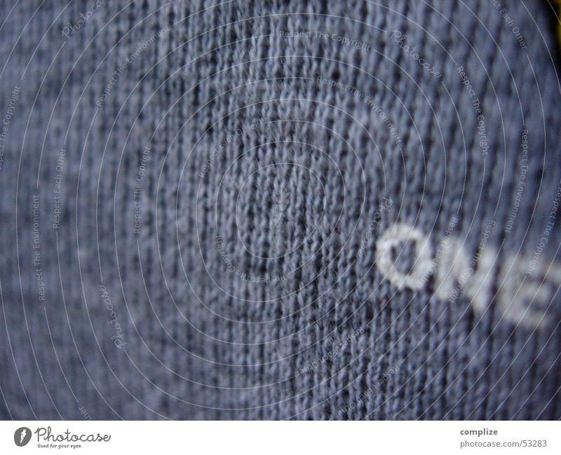one Pullover 1 Buchstaben Stoff Ziffern & Zahlen grau weiß Englisch Aufdruck Wort Schriftzeichen Druck Kreis Sprache drucken gedruckt Makroaufnahme