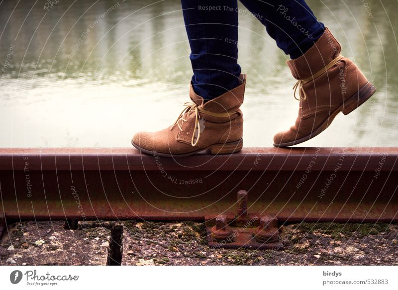 Schienenersatzverkehr Lifestyle Stil Junge Frau Jugendliche Leben Beine Fuß 1 Mensch 18-30 Jahre Erwachsene Wasser Gleise Mode Leder Schuhe Stiefel gehen