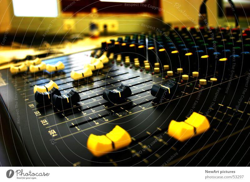 DJ schwarz gelb Musik Raum liegen Diskjockey Ton Schallplatte laut Klang mischen schieben Musikmischpult Tontechnik Regler MP3-Player