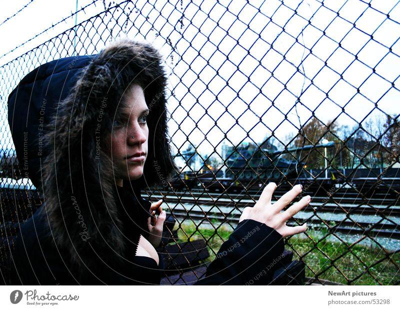 fence Model Frau Zaun Mantel Hand Finger Krieg Militärgebäude Eisenbahn Gleise Stacheldraht Winter Kapuze gepanzert Bahnhof Blick Denken