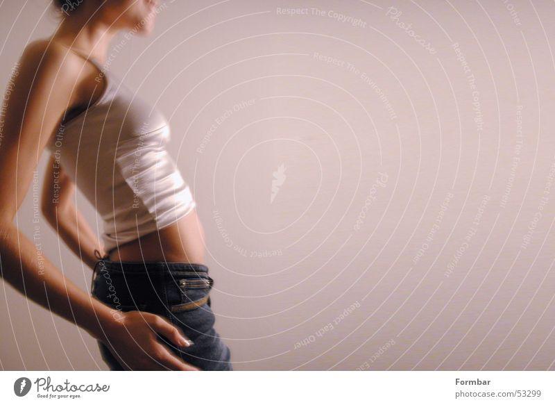 Ausschnitte Frau Hand schön Freude lachen gehen Model Jeanshose Hose Bauch Schulter