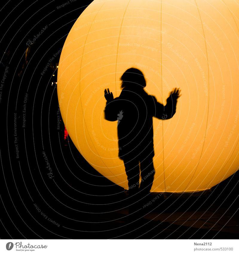 Lightball Mensch Kind Mädchen Junge Junge Frau Jugendliche Junger Mann Körper Rücken Arme Hand Beine 1 genießen Spielen hell rund gelb Freude