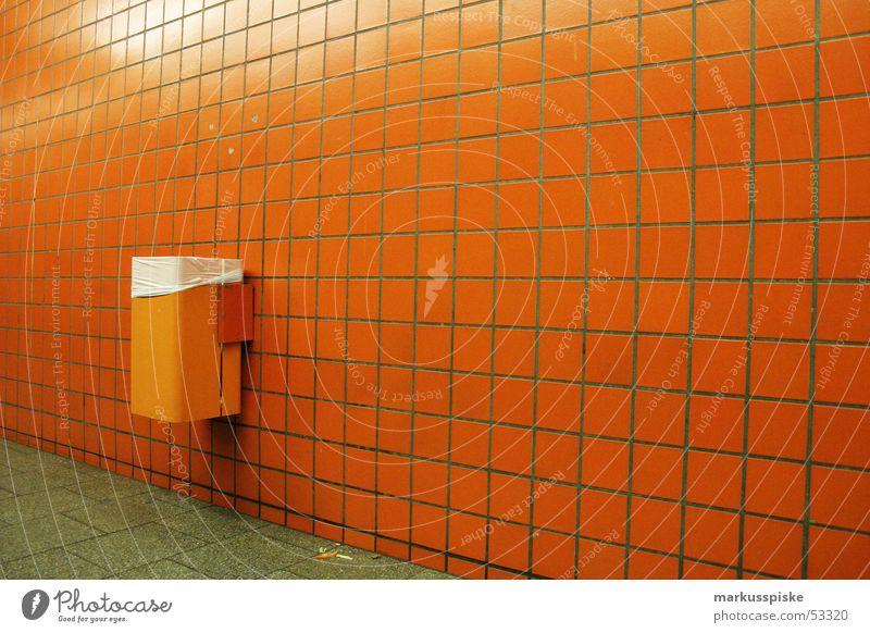 orange U-Bahn Müll Eimer Untergrund Nacht Station Fliesen u. Kacheln Einsamkeit warten