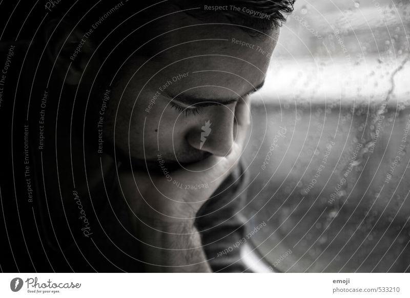 unterwegs maskulin Junger Mann Jugendliche Gesicht 1 Mensch 18-30 Jahre Erwachsene dunkel grau Traurigkeit nachdenklich Schwarzweißfoto Innenaufnahme Tag