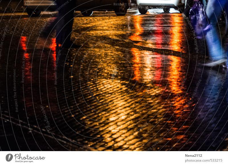 Schauer vorbei... schnell nach Hause Mensch Beine Fuß Dorf Kleinstadt Stadtzentrum Altstadt Straße Wege & Pfade Wegkreuzung PKW laufen nass Regenwasser