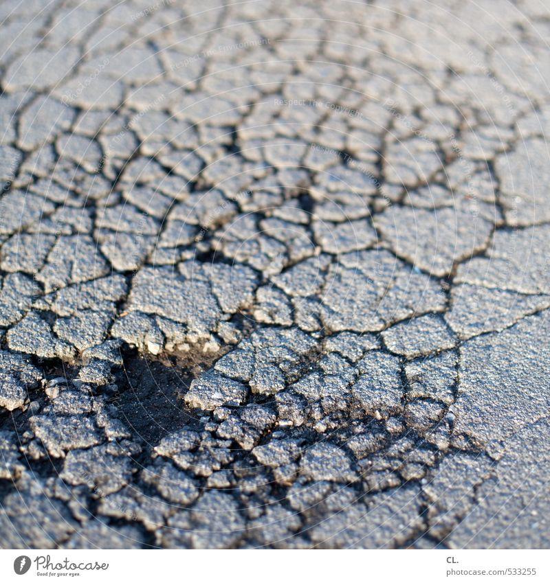 schlagloch alt Straße Wege & Pfade grau Stein Verkehr gefährlich kaputt Bodenbelag verfallen Verfall Verkehrswege Straßenbelag Riss Zerstörung