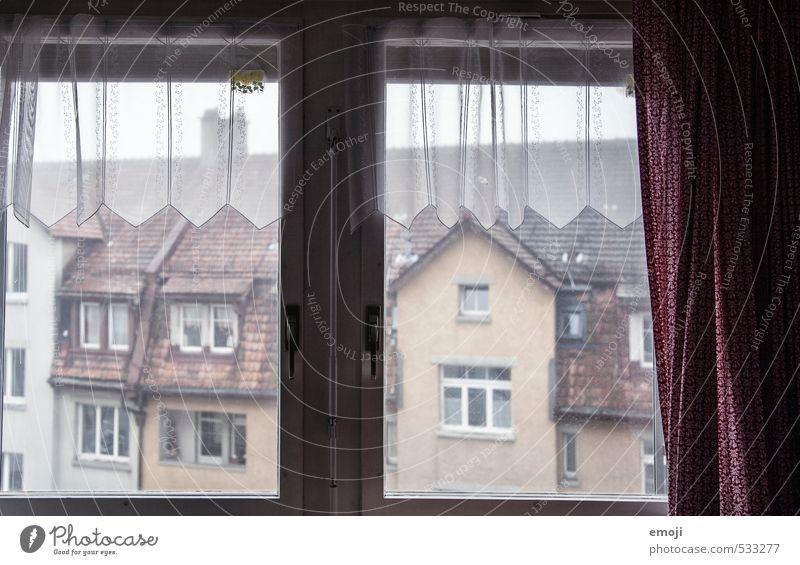 November Dorf Kleinstadt Haus Mauer Wand Fassade Fenster kalt grau trist Farbfoto Gedeckte Farben Außenaufnahme Innenaufnahme Menschenleer Tag