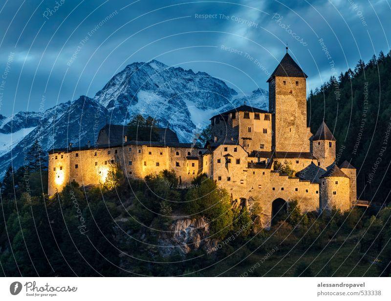 Schloss Taufers Burg oder Schloss Turm Bauwerk Sehenswürdigkeit Wahrzeichen Tourismus Farbfoto Außenaufnahme Abend Dämmerung Nacht