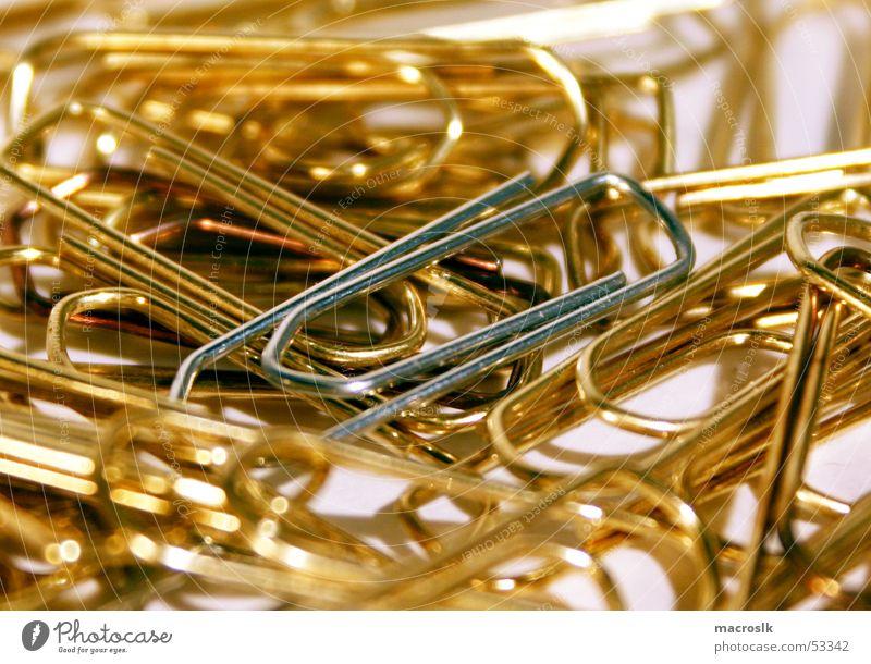 Büroklammern in Gold Haufen chaotisch Nahaufnahme gold silber edel Vor hellem Hintergrund Makroaufnahme Arbeit & Erwerbstätigkeit Business