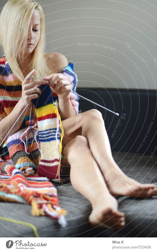 Schick in Strick Mensch Jugendliche nackt Junge Frau Weiblicher Akt 18-30 Jahre Erwachsene Wärme feminin Stimmung Freizeit & Hobby blond Bekleidung Bett Stoff