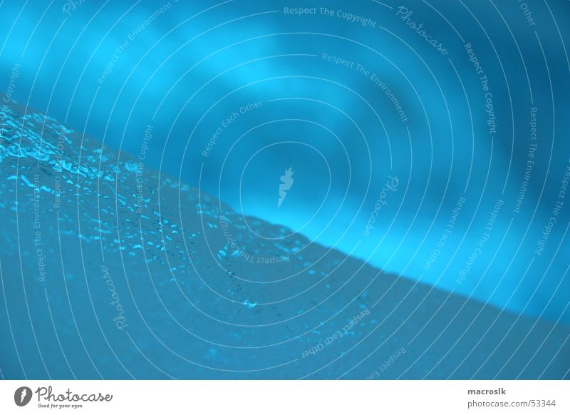 Eis in blaues Licht gehüllt kalt nass Am Rand träumen Nahaufnahme Wassertropfen reflektion Schatten Makroaufnahme
