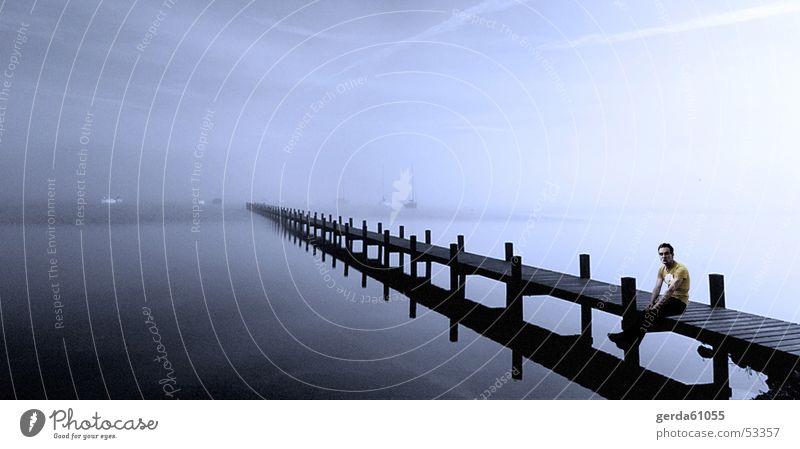 Panorama Ufer Mann Wasser Ferne kalt Holz Beine Küste warten Nebel sitzen T-Shirt Spaziergang Steg Anlegestelle