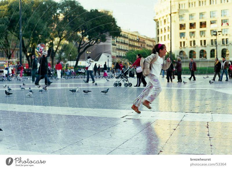 Lauf Mädchen! Mensch Kind Park Vogel Argentinien laufen rennen Geschwindigkeit Platz Buenos Aires Taube Fußgänger Barcelona Fußgängerzone Plaza
