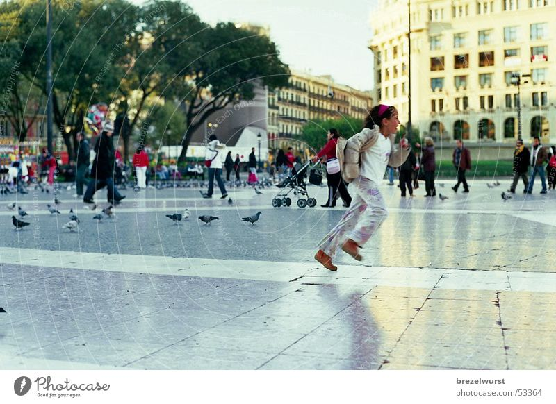 Lauf Mädchen! Taube Platz Plaza Barcelona Geschwindigkeit Fußgänger Fußgängerzone Park Kind Vogel laufen Katalonien Mensch rennen