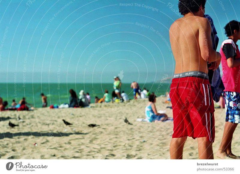 Meer und Strand Mensch Wasser Himmel grün blau Sommer Ferien & Urlaub & Reisen Sand Hinterteil Spuren Schwimmen & Baden Möwe Tourist Shorts