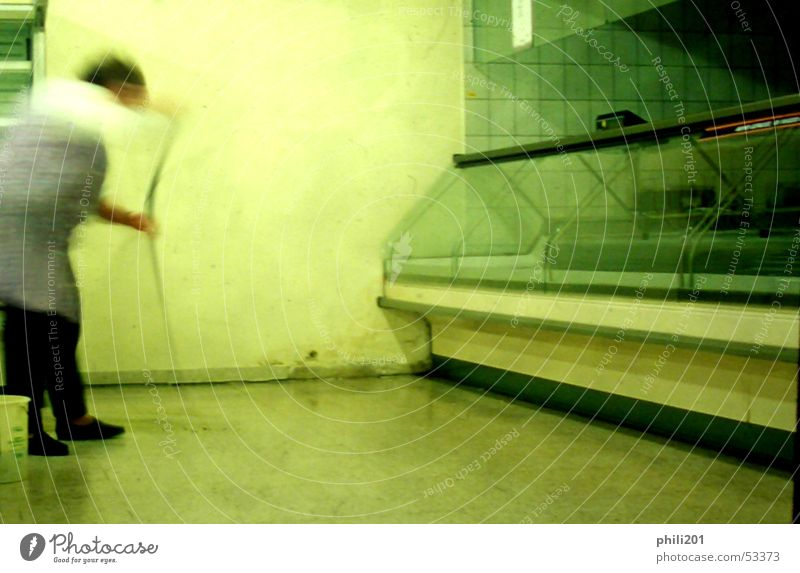 Zuletzt I Supermarkt Reinigen Raumpfleger leer Neonlicht Bewegungsunschärfe grün Regal fließen Ziel Theke Metzger Besen Kittel Frau Umzug (Wohnungswechsel)