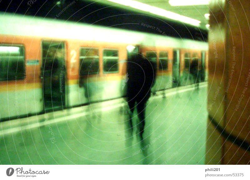 FFM unter Tage. S-Bahn U-Bahn Untergrund Station Halt stoppen Bewegungsunschärfe Eisenbahn Frankfurt am Main Einsamkeit grün Perspektive Mensch Eile orange