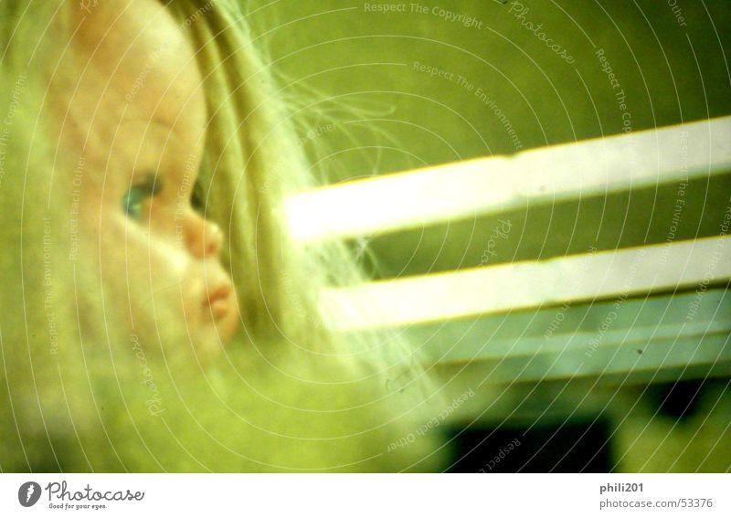 Puppe. Frau Kind grün blond Spielzeug Neonlicht Schmollmund