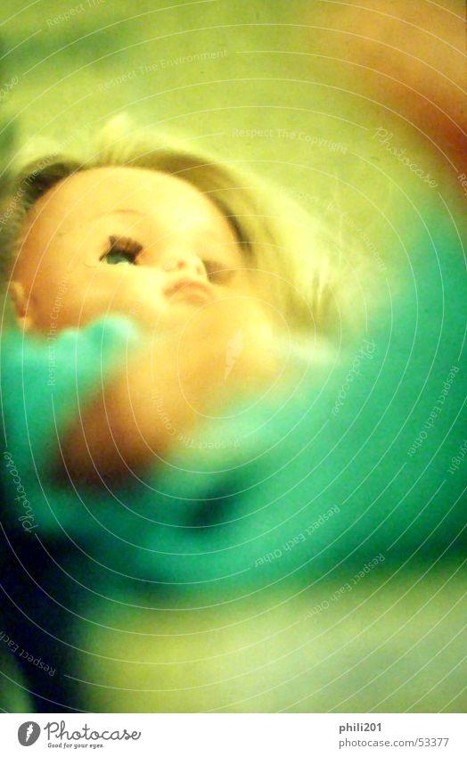 Puppe. Frau Kind grün blond Perspektive Spielzeug türkis Neonlicht Schmollmund