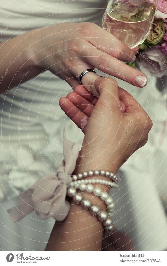 getraut... Reichtum Freude Glück Feste & Feiern Hochzeit Mensch feminin Junge Frau Jugendliche Erwachsene Leben Hand 2 wählen genießen Ehering Schmuck Sektglas