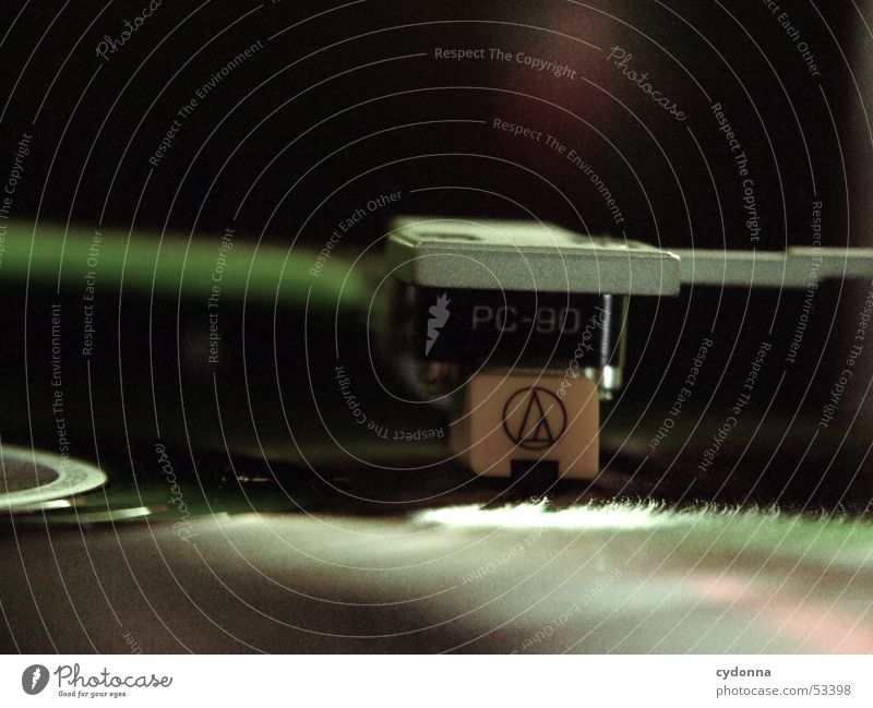 Plattenspieler Diskjockey Musik Schallplatte Club Disco Staub Furche Stil klassisch retro Licht Konzert Makroaufnahme Nahaufnahme turntable