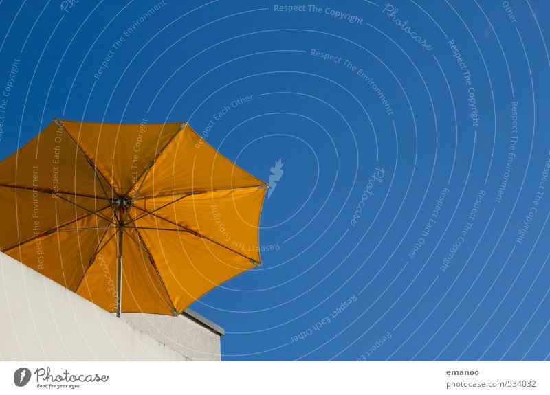 Wenn die Sonne scheint Sommer Sommerurlaub Luft Himmel Klima Wetter Wärme Haus Gebäude Architektur Balkon Terrasse hell blau gelb Schutz Sonnenschirm Schirm