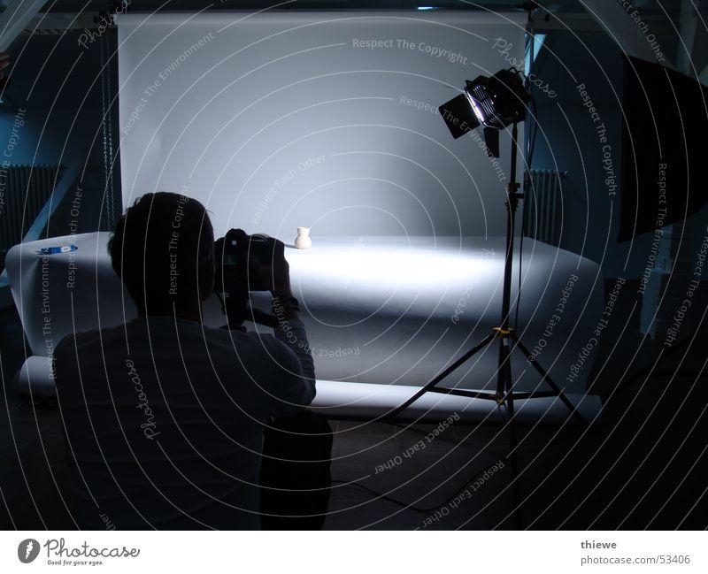 how to photograph Fotograf Licht Dinge Arbeit & Erwerbstätigkeit schwarz weiß Lampe dunkel Beruf Kunst Kunsthandwerk Fotografie Konzentration photografieren