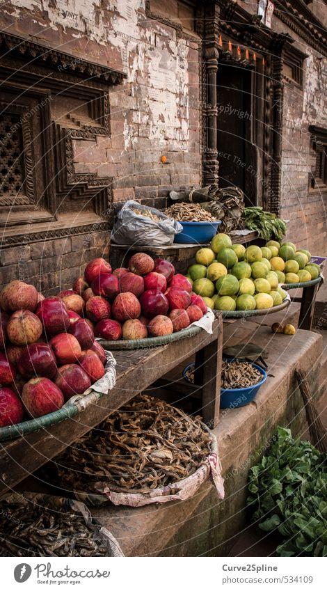 Markt Lebensmittel Gemüse Frucht Apfel Vegetarische Ernährung kaufen Kultur Haus Gebäude Mauer Wand Armut ästhetisch exotisch braun grün rot Lebensfreude
