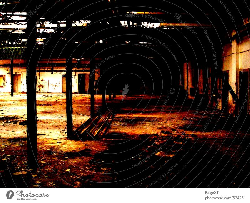 rusty hall alt dunkel dreckig Industriefotografie kaputt Rost Lagerhalle
