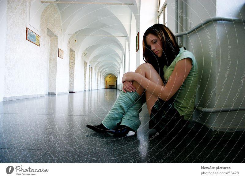 thinking Frau Hand weiß grün Fenster Haare & Frisuren Schule Traurigkeit Denken Schuhe sitzen Schulgebäude Bekleidung Trauer Model