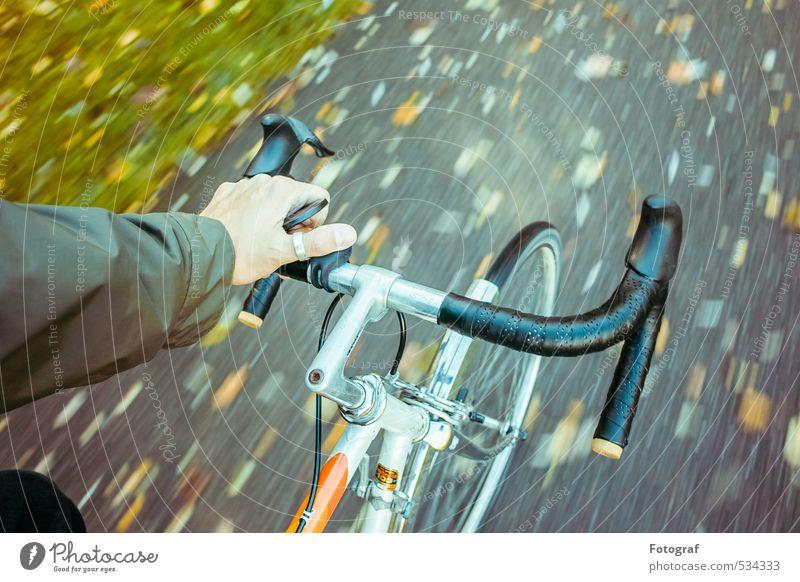 Ich fahr'. Arme Hand 30-45 Jahre Erwachsene Kultur Herbst Unwetter Regen Garten Park Fahrrad Metall Sport wandern dunkel elegant kalt Fröhlichkeit Begeisterung