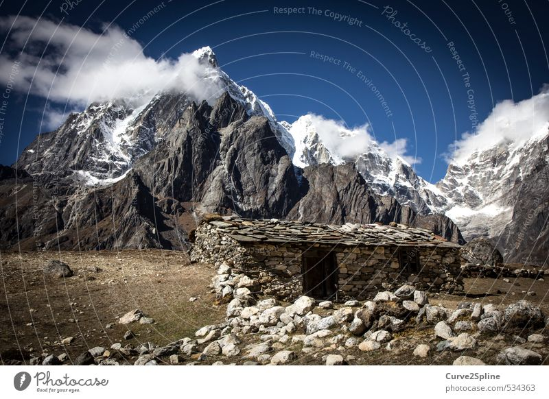 Steinzeit Natur Landschaft Urelemente Wolken Nebel Eis Frost Schnee Felsen Berge u. Gebirge Gipfel Schneebedeckte Gipfel Menschenleer Haus Mauer Wand Sicherheit