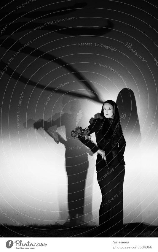 Morticia Nachtleben Halloween Mensch Frau Erwachsene 1 langhaarig dunkel elegant groß gruselig kalt verkleiden Rose Blüte Schwarzweißfoto Außenaufnahme